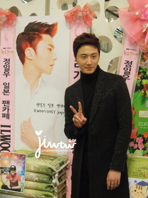 2013 11 7 Jung II-woo at the Press Conference for Golden Rainbow, black overcoat11