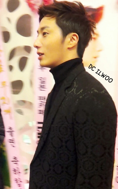 2013 11 7 Jung II-woo at the Press Conference for Golden Rainbow, black overcoat3