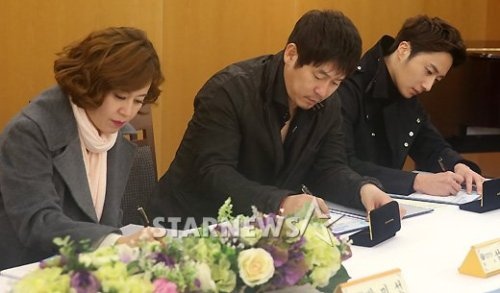 2013 11 7 Jung II-woo donates money for Hanyang University 3