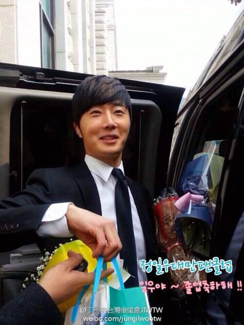 Jung II-woo's Graduation Hanyang University 2014 2 20 Fan Taken (Leaving the ceremony)6