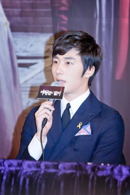 2014 8 19 Jung II-woo wearing Hanbok designed by his mom 14.jpg