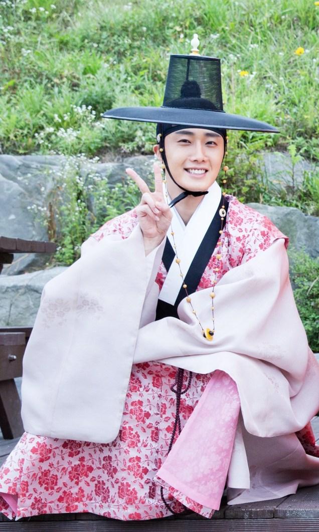2014 8 19 Jung II-woo wearing Hanbok designed by his mom.jpg .jpg