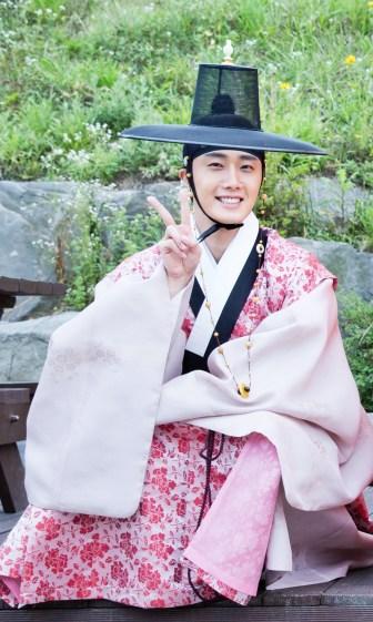 2014 8 19 Jung II-woo wearing Hanbok designed by his mom.jpg