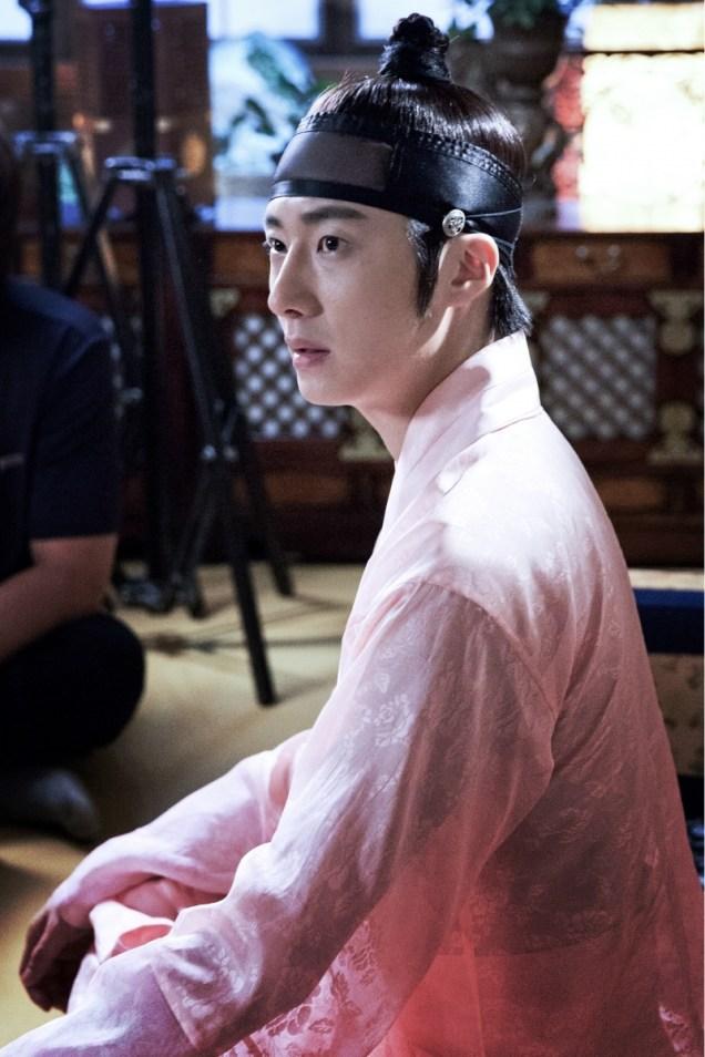 2014 8 Jung II-woo in Night Watchman's Journal BTS in Pink 6