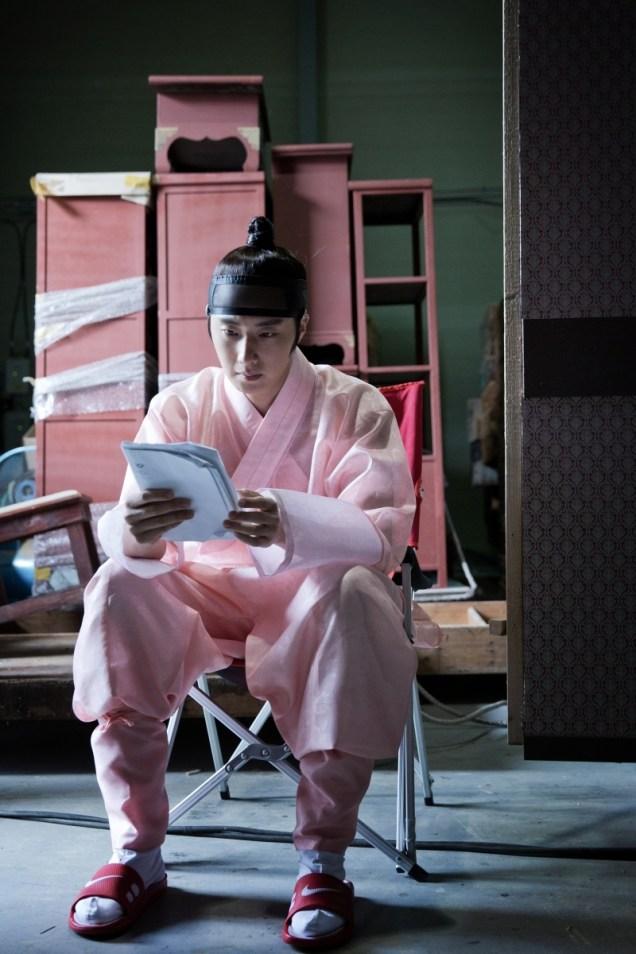 2014 8 Jung II-woo in Night Watchman's Journal BTS in Pink 9