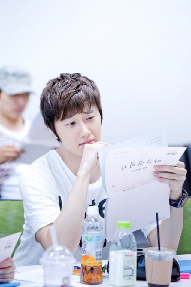Jung II-woo reading the Night Watchman Journal Script. Cr. Jungilwoo.com 00004.jpg