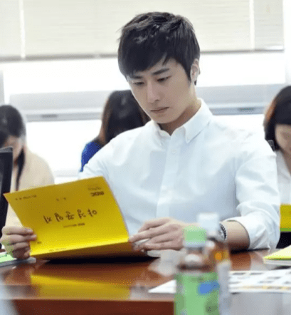 Jung II-woo reading the Night Watchman Journal Script. Cr. Jungilwoo.com 00008
