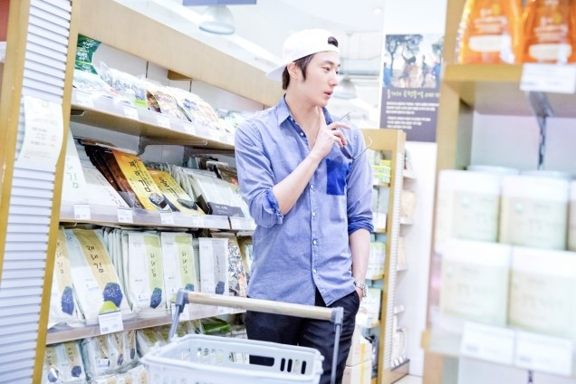 Jung Il-woo Shopping in prep for NIght Watchman's Journal. 00008