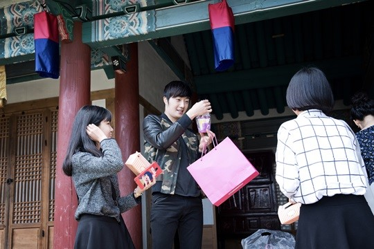 2014 10 7 Jung Il-woo dates his girlfriend:s secretly Cr. jungilwoo.com for Starcast 16.jpg