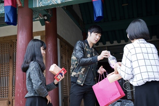 2014 10 7 Jung Il-woo dates his girlfriend:s secretly Cr. jungilwoo.com for Starcast 20.jpg