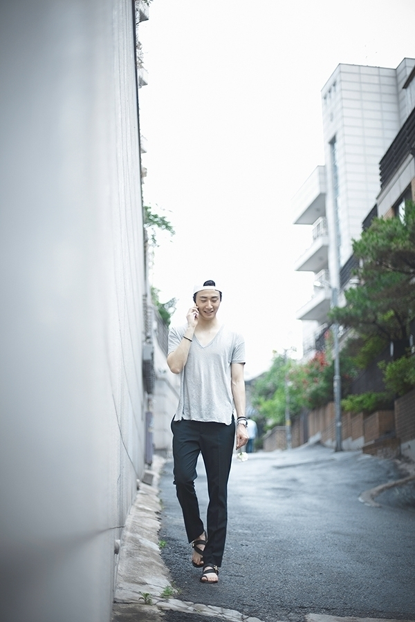 2014 8 Jung II-woo with flower. Photoshoot 1