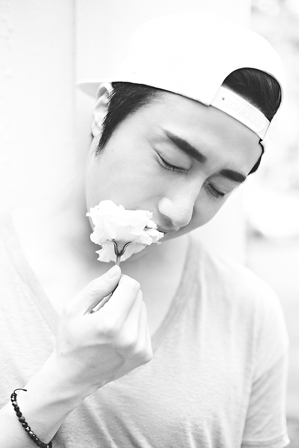 2014 8 Jung II-woo with flower. Photoshoot 8