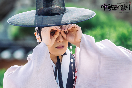 2014 9:10 Jung Il-woo in THe Night Watchman's Journal Episode 17 BTS 2 4