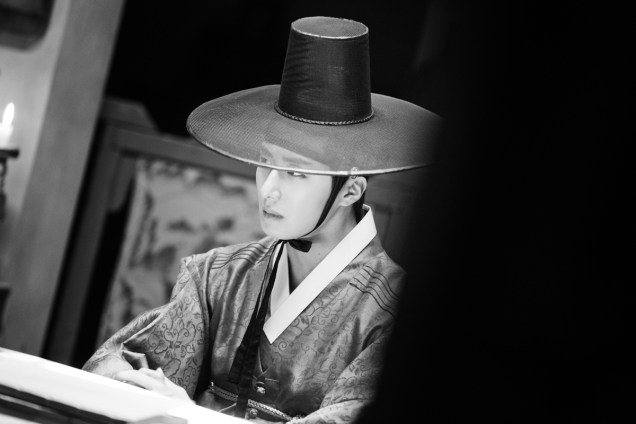 2014 9:10 Jung Il-woo in THe Night Watchman's Journal Episode 17 BTS 3 6