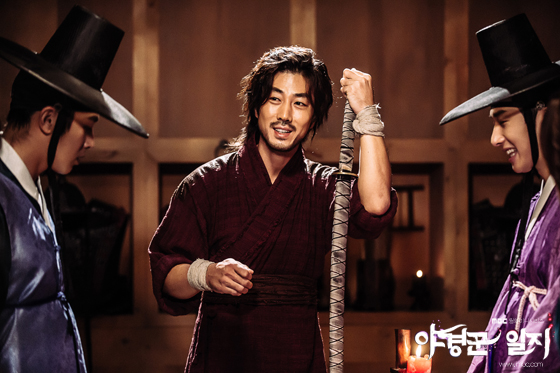 2014 9:10 Jung Il-woo in THe Night Watchman's Journal Episode 17 BTS 5