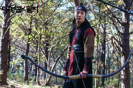 2014 9:10 Jung Il-woo in THe Night Watchman's Journal Episode 18 BTS 1