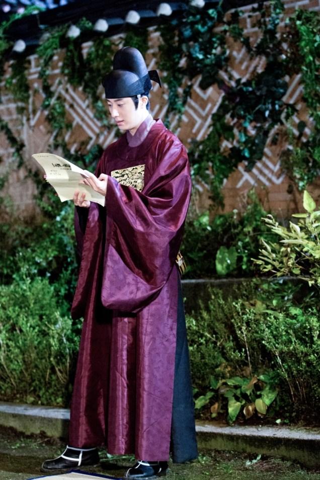 Jung II-woo in the Night Watchman's Journal Episode 5 BTS Cr. MBC 7