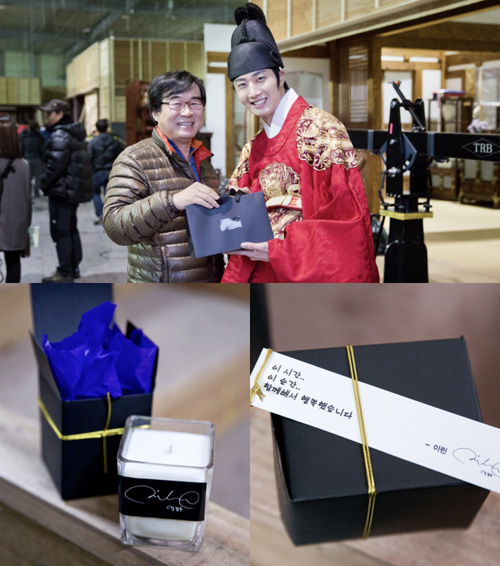 2014 10 20 Jung Il-woo gives candles to Staff on last day of The Night Watchman's Journal.jpg