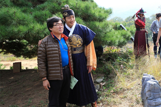2014 10 21 Jung Il-woo on his last day of filming The Night Watchman's Journal. 4.jpg