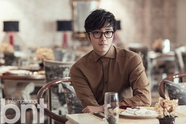 2014 10:11 Jung Il-woo in Bali for BNT International Part 3: At Restaurant with LOGO .jpg2