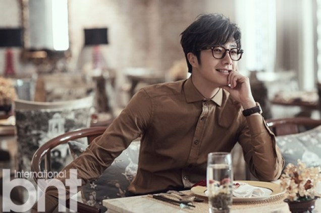 2014 10:11 Jung Il-woo in Bali for BNT International Part 3: At Restaurant .jpg1