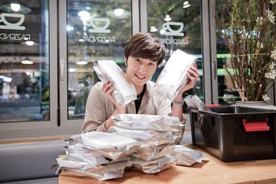 2014 11 13 Jung Il-woo makes coffee when he gets sentimental.  Starcast 14.jpg
