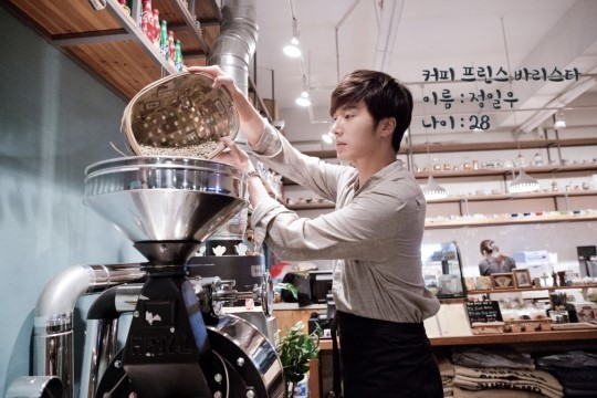 2014 11 13 Jung Il-woo makes coffee when he gets sentimental.  Starcast 4.jpg