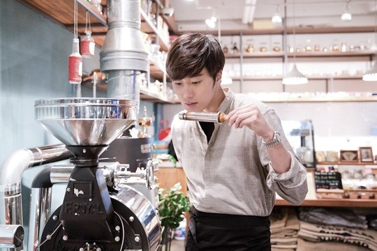 2014 11 13 Jung Il-woo makes coffee when he gets sentimental.  Starcast 9.jpg