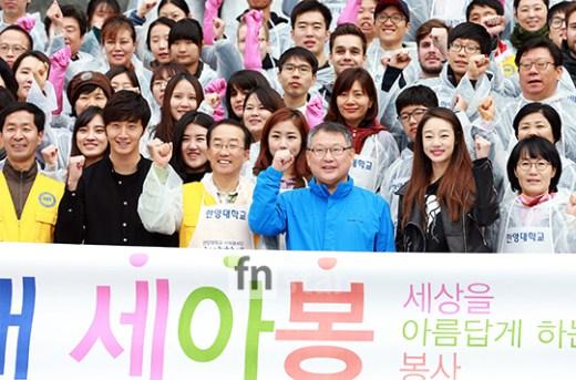 2014 11 Jung Il-woo making Kimchi at Hanyang University. 2
