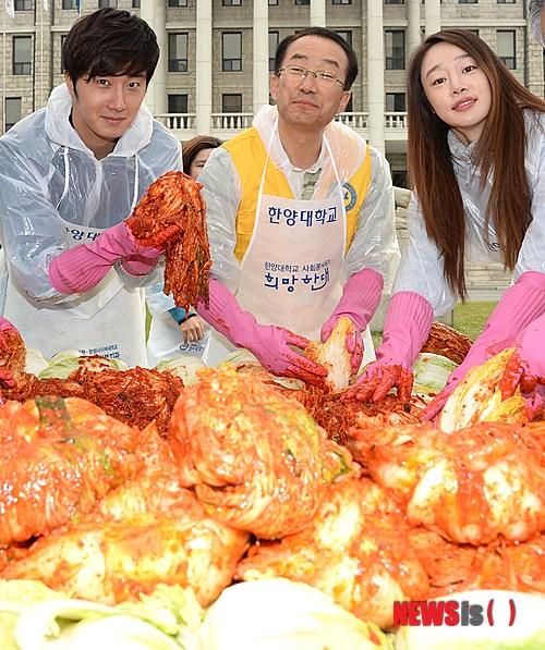 2014 11 Jung Il-woo making Kimchi at Hanyang University. 7