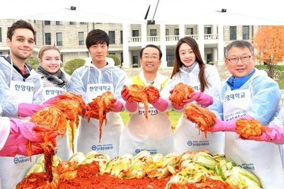 2014 11 Jung Il-woo making Kimchi at Hanyang University. 8