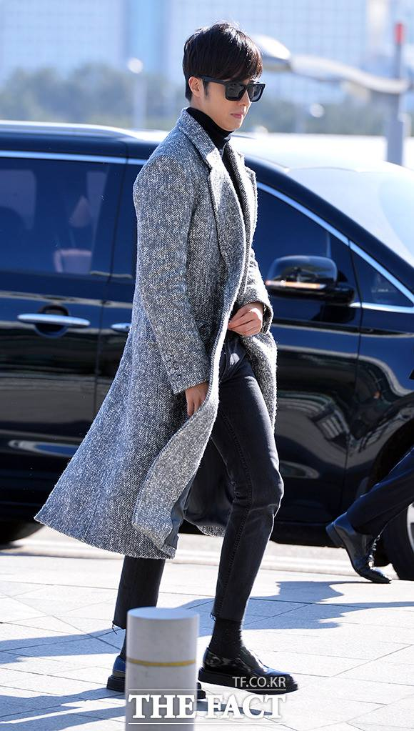 2014 12 2 Jung Il-woo at the airport via Normandy, France. 3
