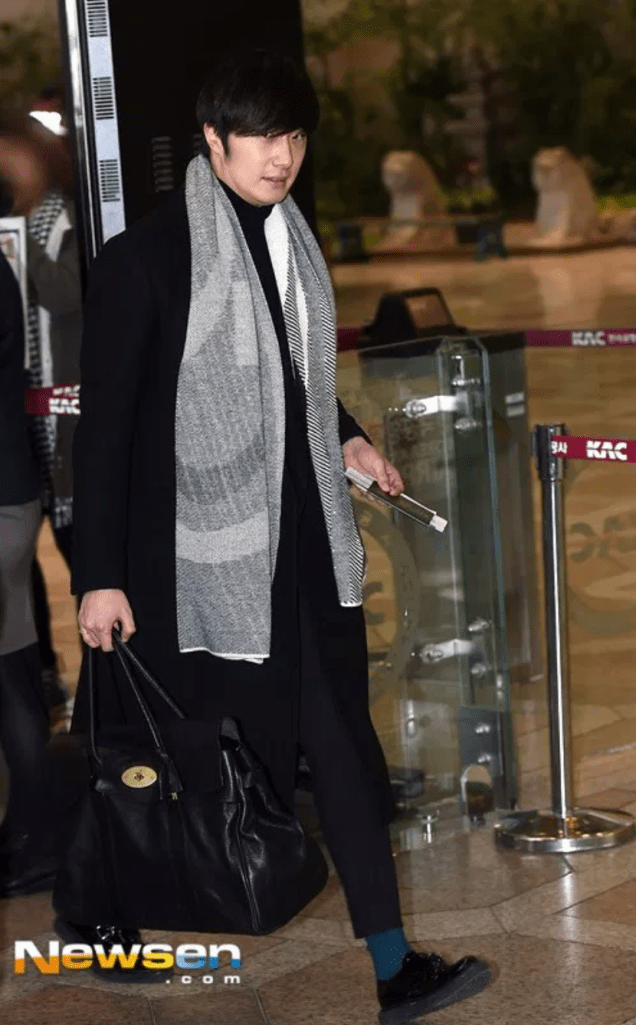 2014 12 26 Jung Il Woo at the airport going to a Smilwoo Bowling Event in Japan. 6