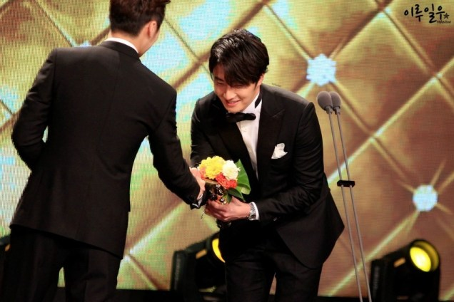 2014 12 30 Jung Il-woo at the 2014 MBC Awards Presenting Flowers 2