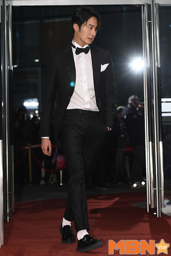 2014 12 30 Jung Il-woo sexy walk in at the 2014 MBC Awards 3