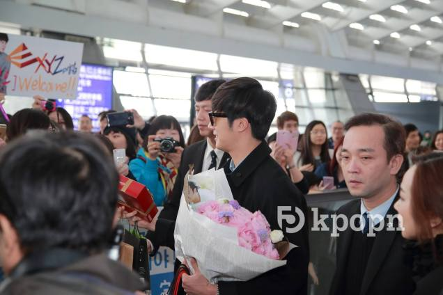 2015 1 JIW arrives to Taiwan's airport. Fan love1
