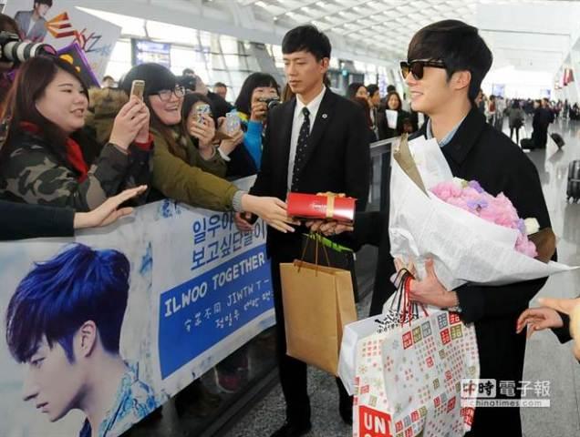 2015 1 JIW arrives to Taiwan's airport.  Fan love8.jpg