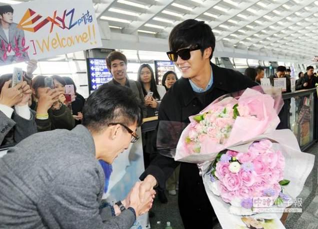 2015 1 JIW arrives to Taiwan's airport. Fan love9