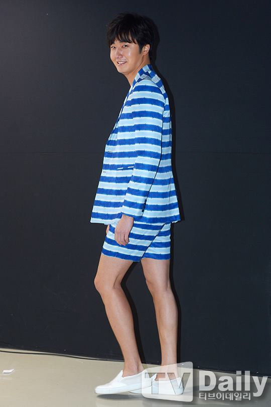 2015 3 21 Jung Il-woo at the Seoul Fashion Week wearing a Hong Hye-jin Design. 13