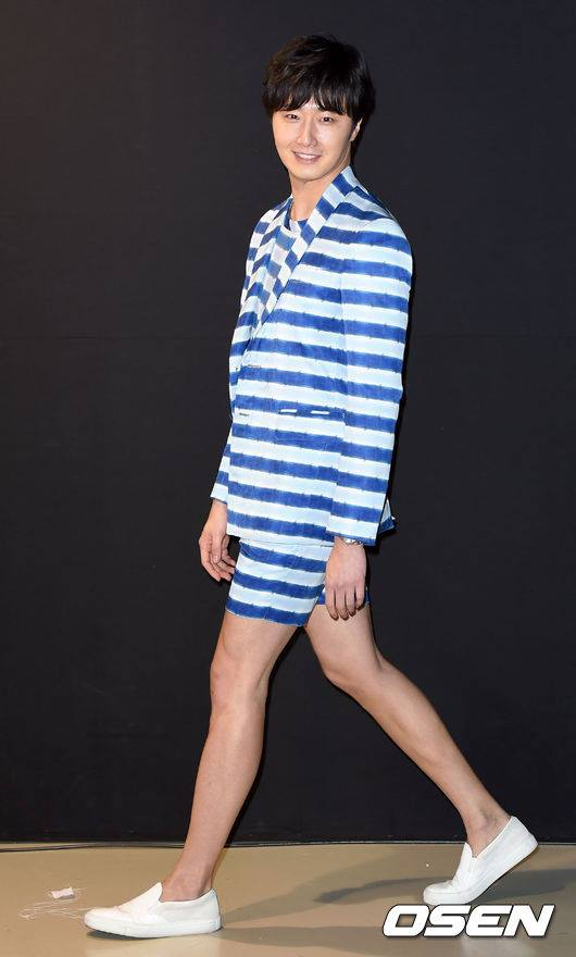 2015 3 21 Jung Il-woo at the Seoul Fashion Week wearing a Hong Hye-jin Design. 15