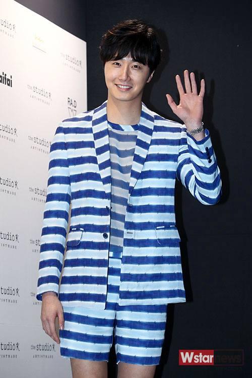 2015 3 21 Jung Il-woo at the Seoul Fashion Week wearing a Hong Hye-jin Design. 3