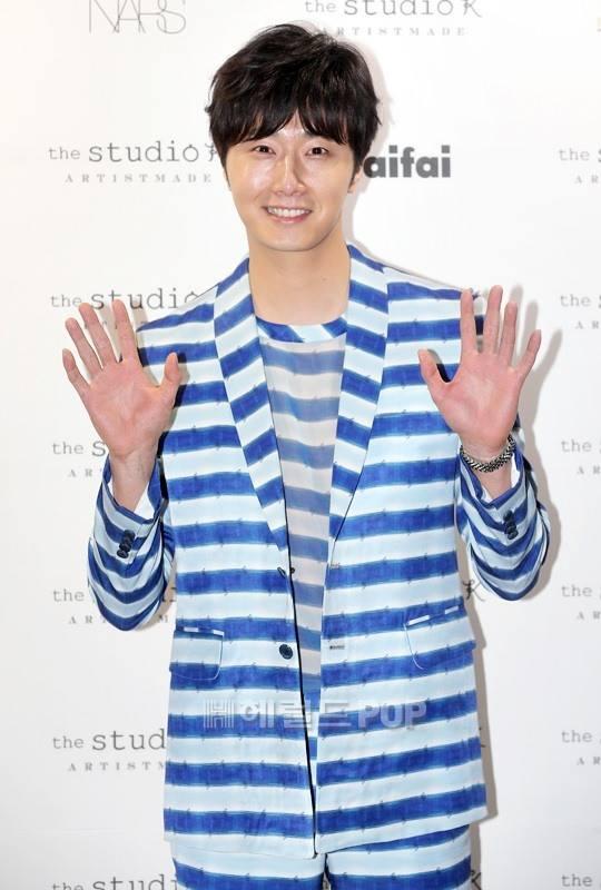 2015 3 21 Jung Il-woo at the Seoul Fashion Week wearing a Hong Hye-jin Design. 4
