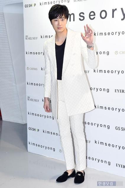 2015 3 21 Jung Il-woo at the Seoul Fashion Week wearing a Kim Sooron Design. 1