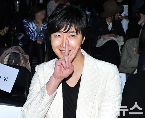 2015 3 21 Jung Il-woo at the Seoul Fashion Week wearing a Kim Sooron Design. 10
