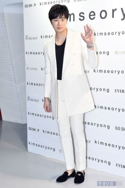 2015 3 21 Jung Il-woo at the Seoul Fashion Week wearing a Kim Sooron Design. 12