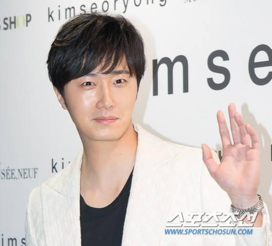 2015 3 21 Jung Il-woo at the Seoul Fashion Week wearing a Kim Sooron Design. 16