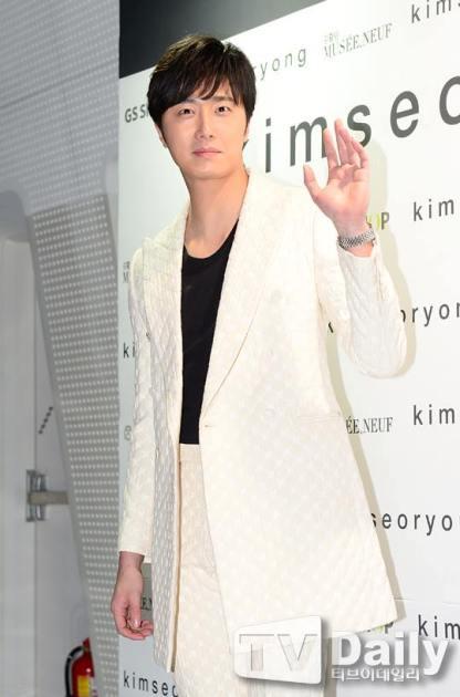 2015 3 21 Jung Il-woo at the Seoul Fashion Week wearing a Kim Sooron Design. 18