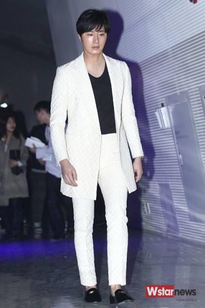2015 3 21 Jung Il-woo at the Seoul Fashion Week wearing a Kim Sooron Design. 2