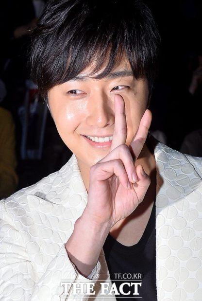 2015 3 21 Jung Il-woo at the Seoul Fashion Week wearing a Kim Sooron Design. 9