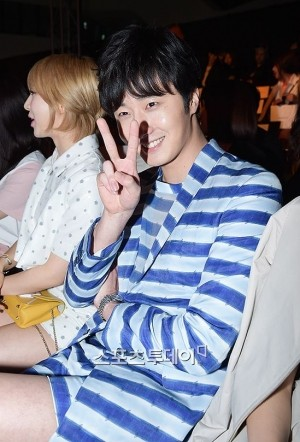 2015 3 21 Jung Il-woo at the Seoul Fashion Week wearing a Kim Sooron Design. E